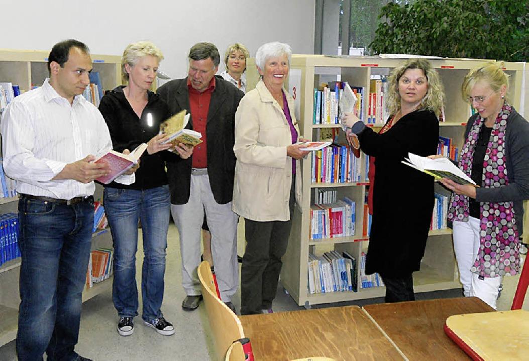 Stolz auf die  neue Schulbücherei in F...her und Mitglieder des Fördervereins.     Foto: Paul Berger