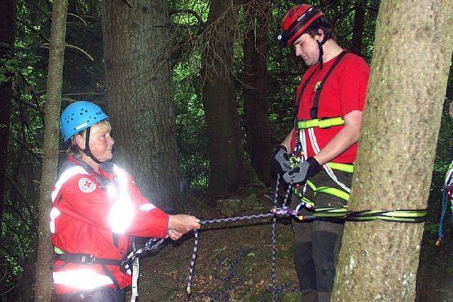 Rettungskräfte üben das Abseilen