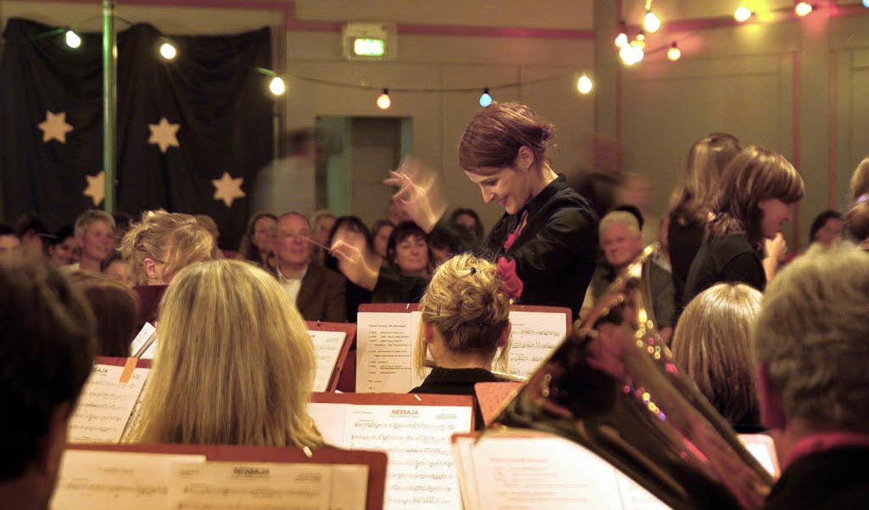 Der Musikverein Norsingen mit Dirigent...lte die Gallushalle in ein Zirkuszelt.  | Foto: tina lindemann