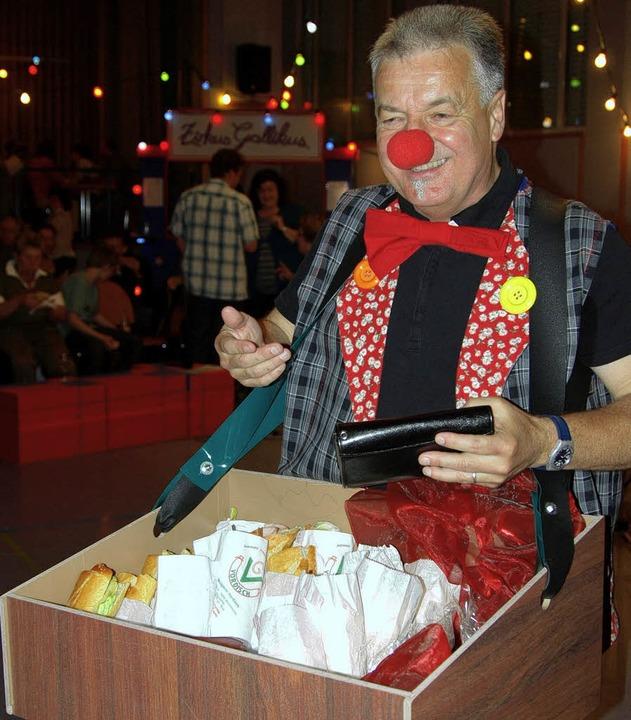 Wie im Zirkus: Essen wurde von Clowns aus ihrem Bauchladen verkauft.   | Foto: Tina Lindemann