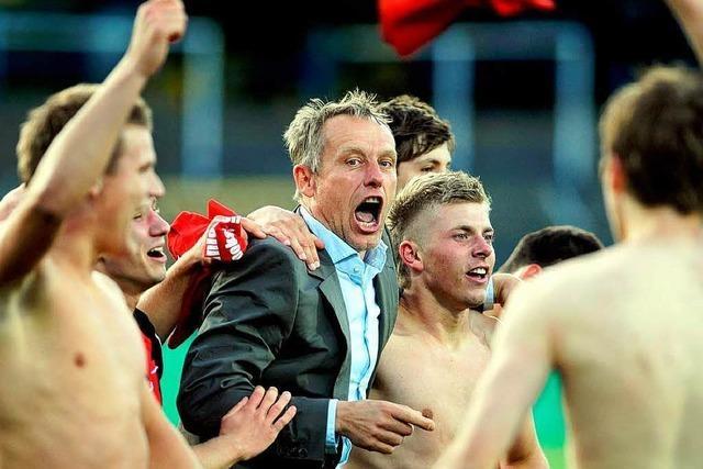 U-19-Mannschaft des SC Freiburg greift nach dem Pokal