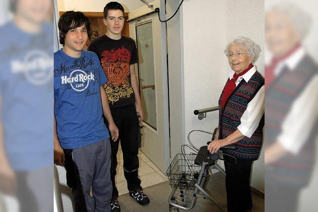 Junge Auszubildende engagieren sich im Altenzentrum