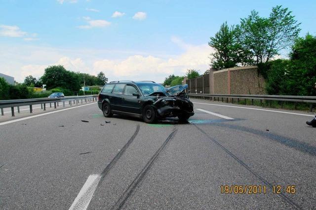 Auto kollidiert mit Lkw – ein Leichtverletzter