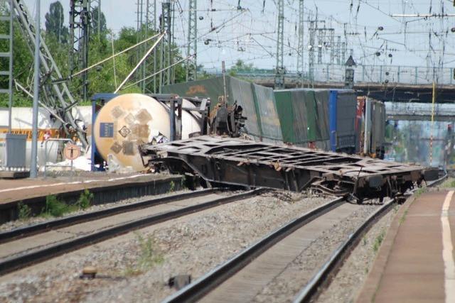 Güterzug mit giftigen Stoffen auf der Bahnstrecke bei Müllheim entgleist