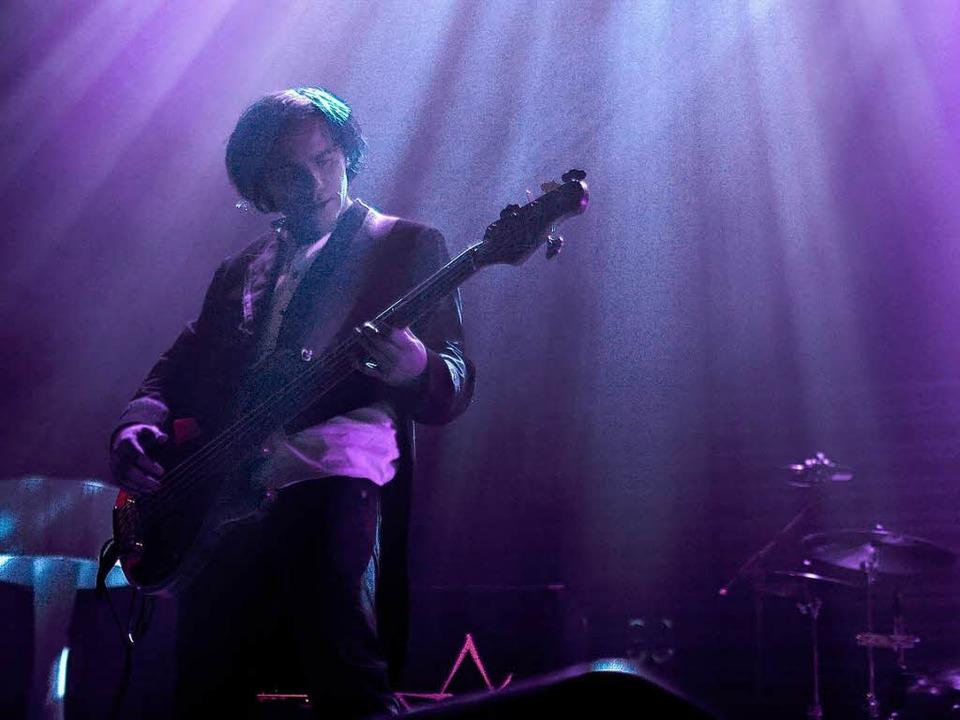 Philipp Rauenbusch als Bassist von Rea... auf der Kammerbühne des Theaters auf.  | Foto: Dominic Rock