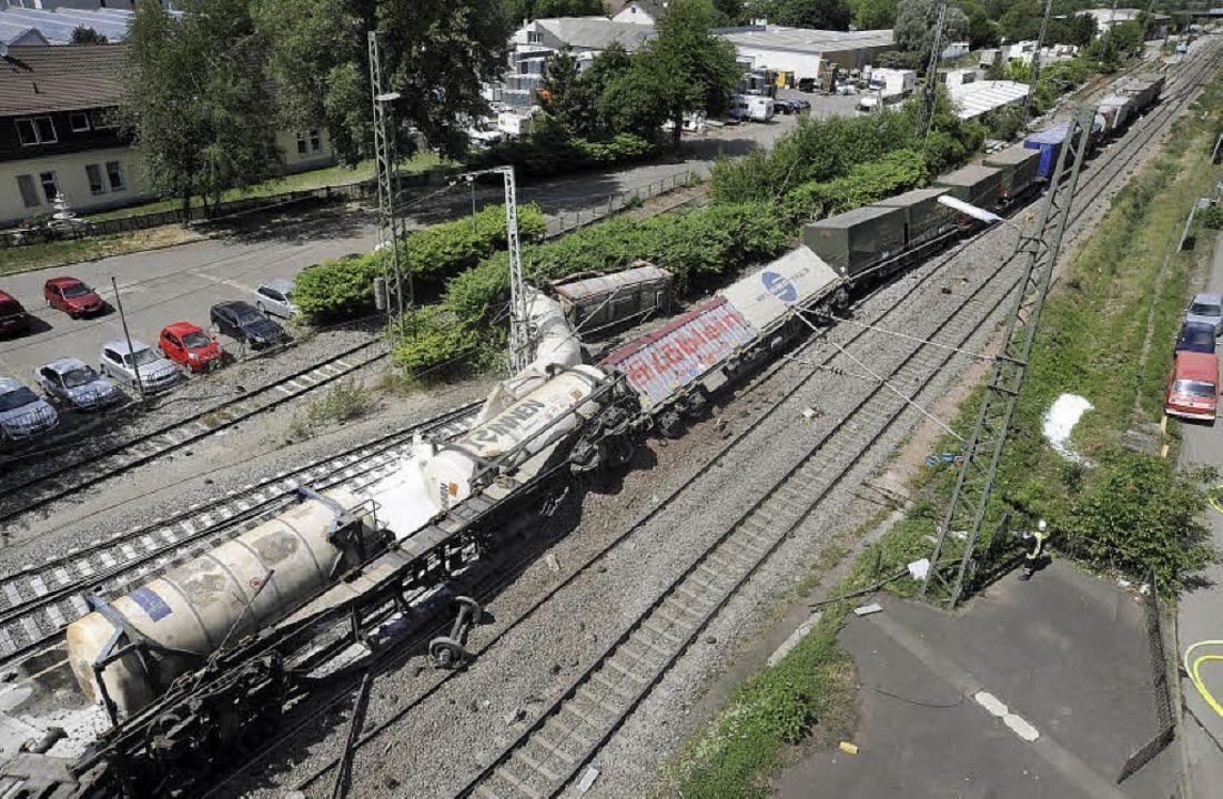 Aus dem Gleis: Umgekippte Waggons im B...errung der Rheintalstrecke,<ppp></ppp>  | Foto: MÜNCH/SCHÜTZ