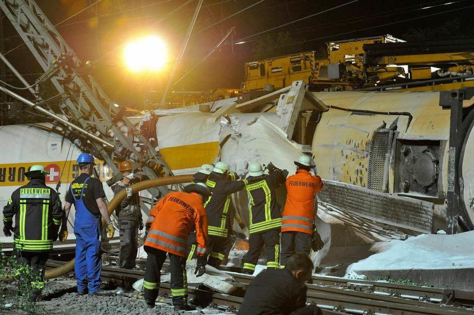 Mit großem Kraftaufwand haben Feuerwehrleute Trümmerteile in der Nacht zum Samstag aus dem Weg geräumt. (Foto: Volker Münch)
