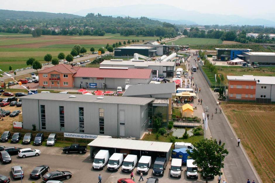 Überblick über das Gewerbegebiet von einer 27 Meter hohen  Hebebühne. (Foto: Gerda Oswald)