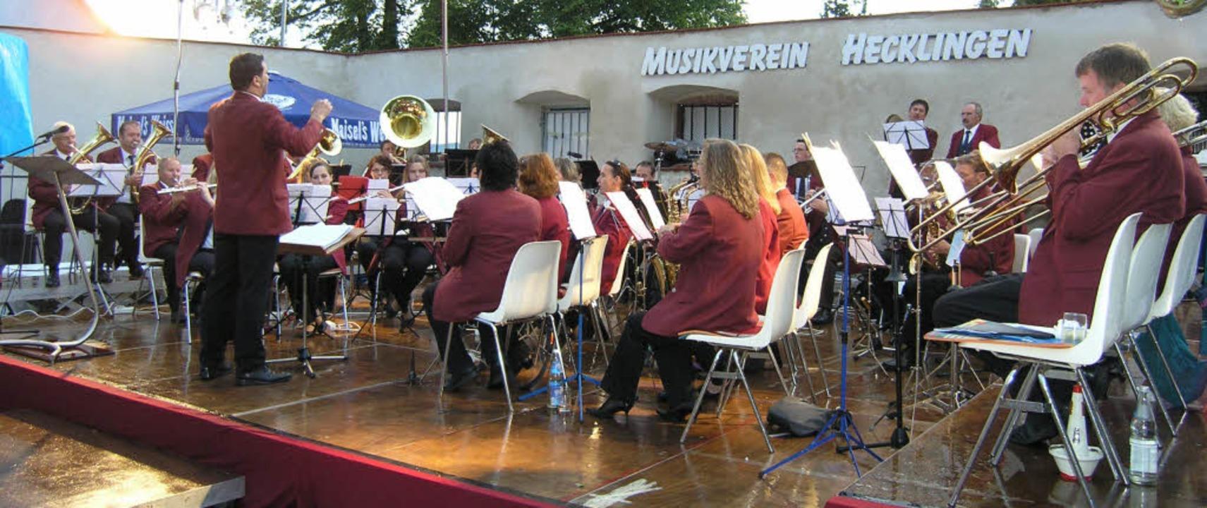 Im noch regennassen Schlosshof fand da...Hecklinger Musikvereins endlich statt.  | Foto: Ute Schöler