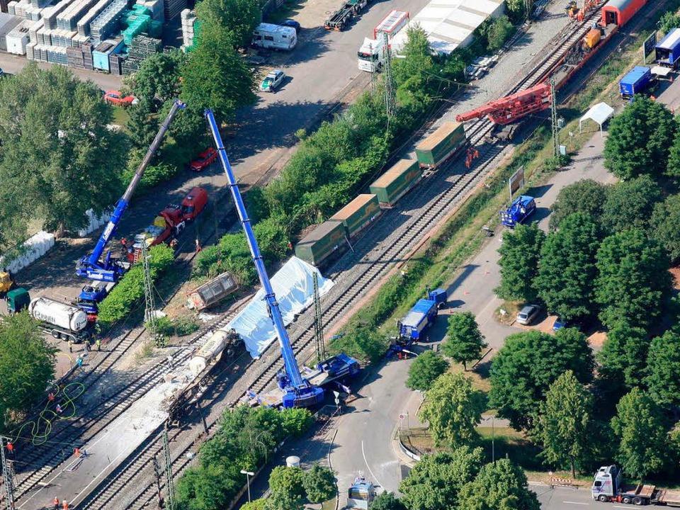 Schweres Gerät war im Einsatz bei den  Bergungsarbeiten im Bahnhof Müllheim.   | Foto: Erich Meyer
