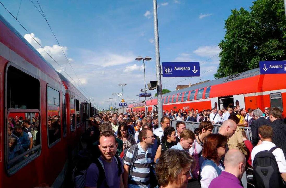 Großer Fahrgastandrang im Bahnhof Schliengen   | Foto: Michael Hermann