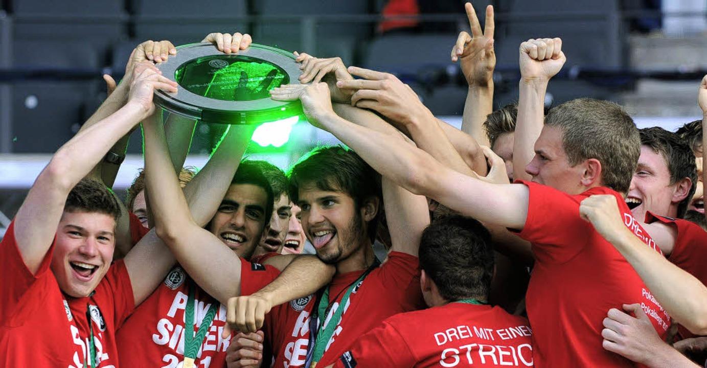 Die Freiburger A-Junioren haben die Hände am Pokal.    Foto: patrick seeger