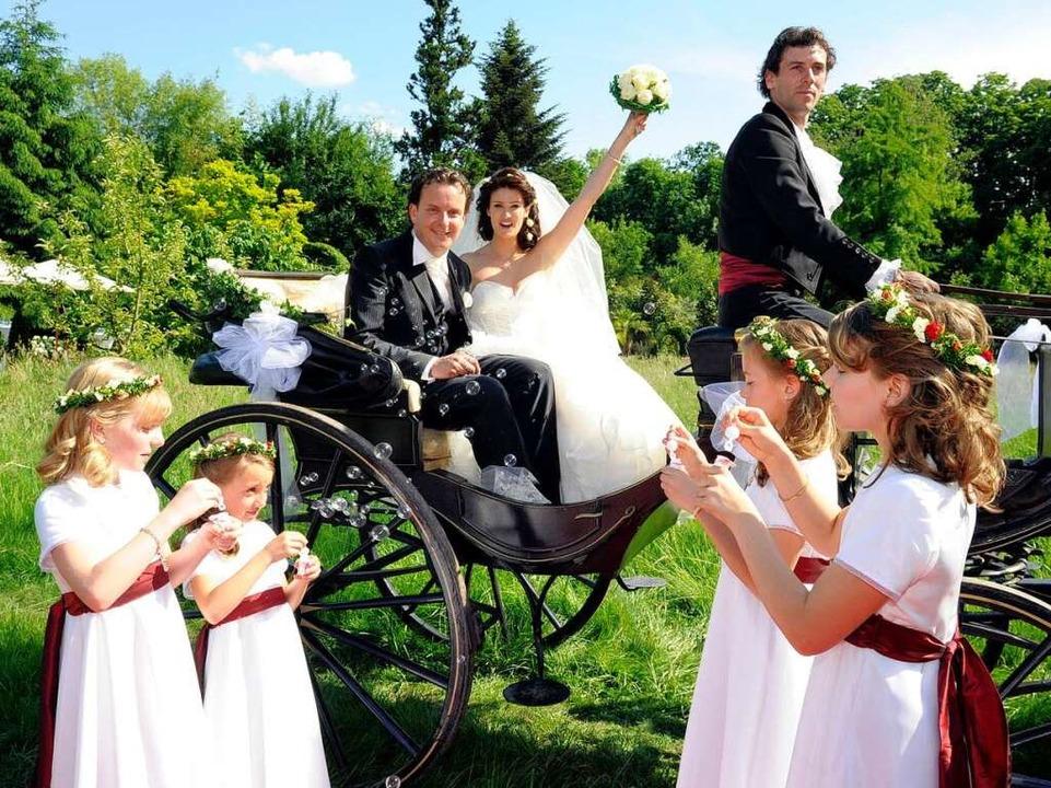 Das Brautpaar auf der Kutsche mit Blumenmädchen  | Foto: Europa-Park