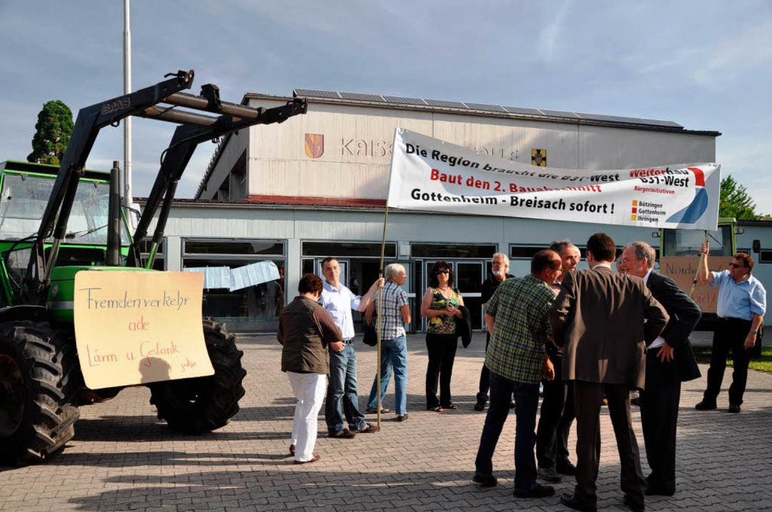 Mit Transparenten machten die Bürgerin...bau der B 31 West auf sich aufmerksam.    Foto: Kai Kricheldorff