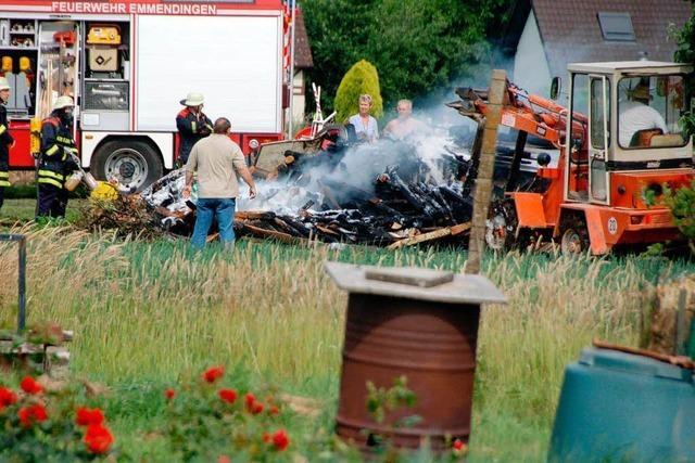 Holzstapel gerät in Brand