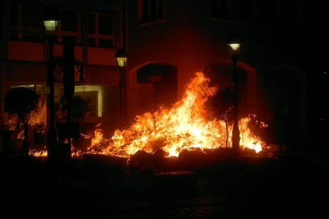 Kartonagen in Brand gesetzt - Feuer in der Fußgängerzone