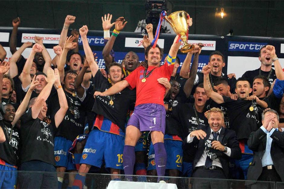 TKapitän Franco Costanzo mit dem Pokal auf der wackligen Tribüne. (Foto: MEINRAD SCHÖN)