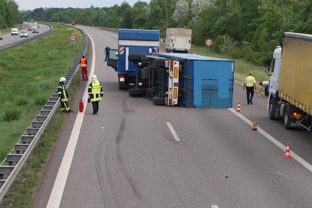 Lkw-Anhänger kippt auf der A5 um – 12 Kilometer Stau