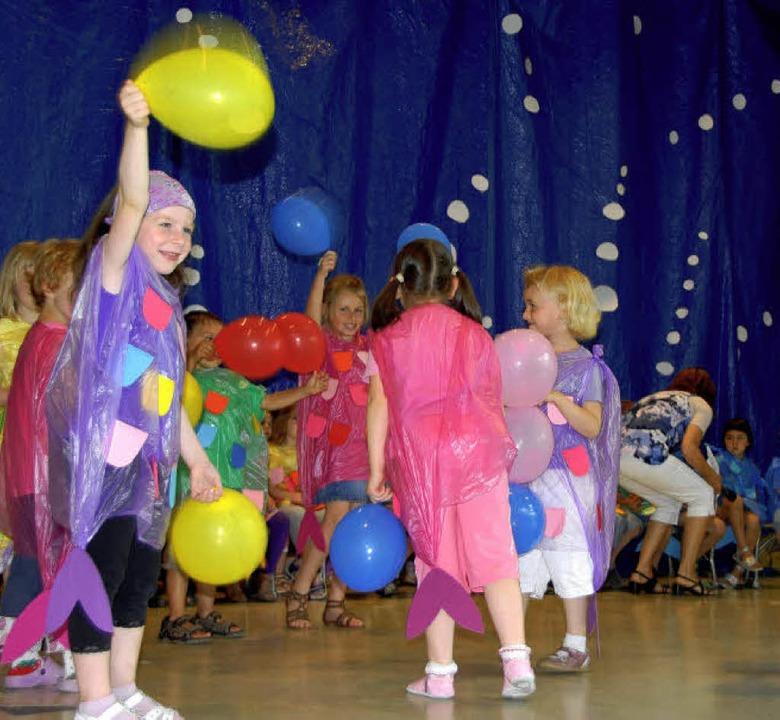 Luftballons verkörpern Wasserblasen.  | Foto: Roland Vitt