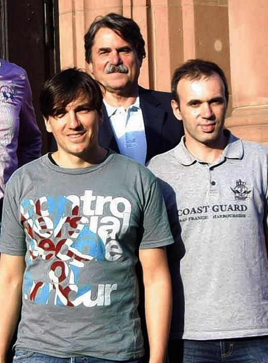Schulleiter Joachim Saar (hinten), Tho...a und  Jouri Sorokovski vom Schachclub  | Foto: Privat