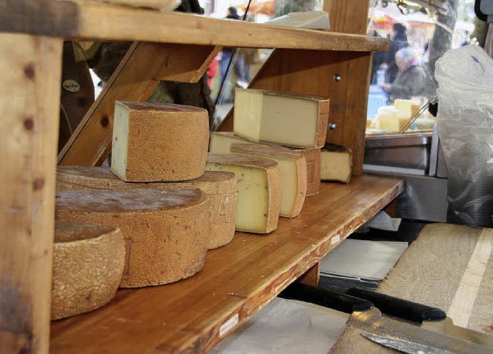"""Beim Landfrauen-Aktionstag """"S&#8...onalen Produkten angeboten, auch Käse.    Foto: Silvia Faller"""