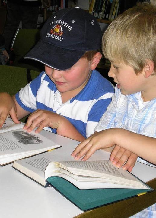 """""""Und, was liest du so?"""" Die Schüler tauschten Buchtipps aus.     Foto: Christiane Sahli"""
