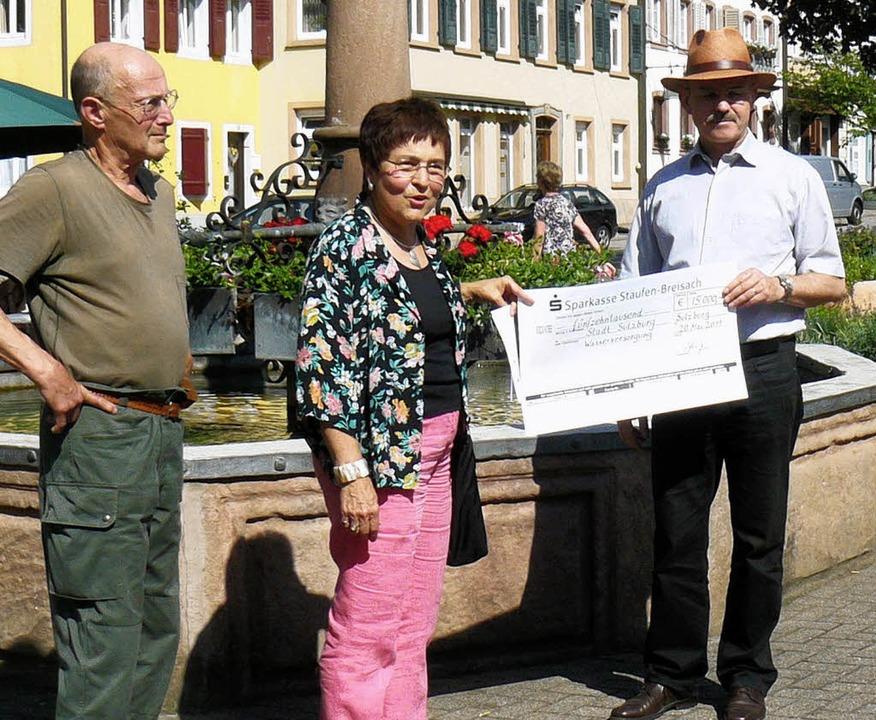 Spende für die Bohrung I (von links): ... Sulzburgs Bürgermeister Peter Wehrle   | Foto: Privat