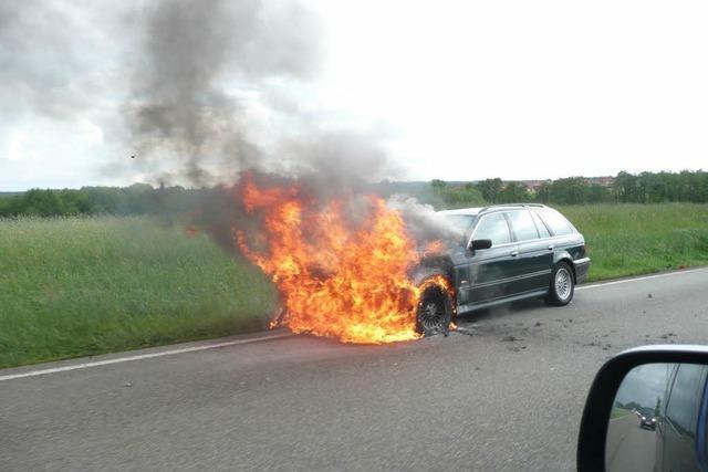 Auto fängt Feuer