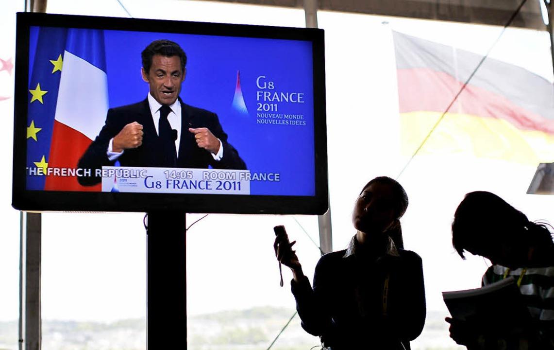 Journalisten verfolgen eine Rede des f...nten Nicolas Sarkozy beim G-8-Gipfel.   | Foto: AFP