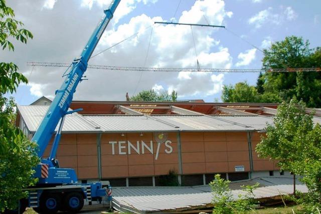 Provisorisches Dach für die Tennishalle