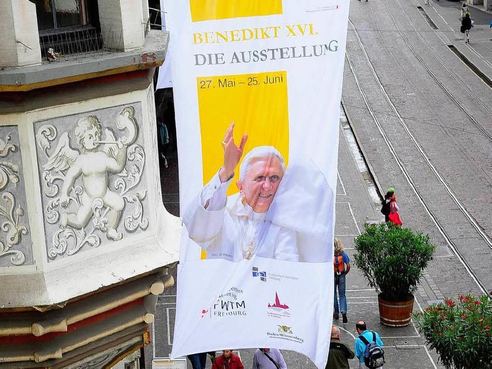 Ein Wink für die Passanten: Seit geste...sler Hof Leben und Wirken des Papstes.  | Foto: Thomas Kunz