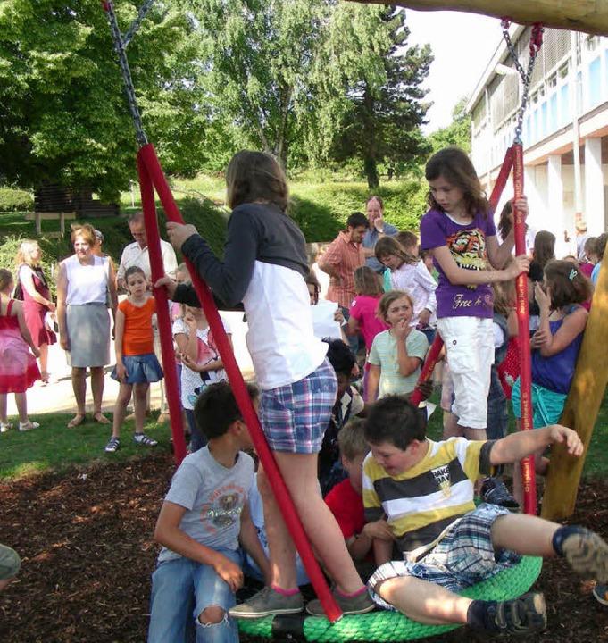 Die Holzhauser Schulkinder freuen sich... neue Nestschaukel in ihrem Schulhof.   | Foto: mario schöneberg