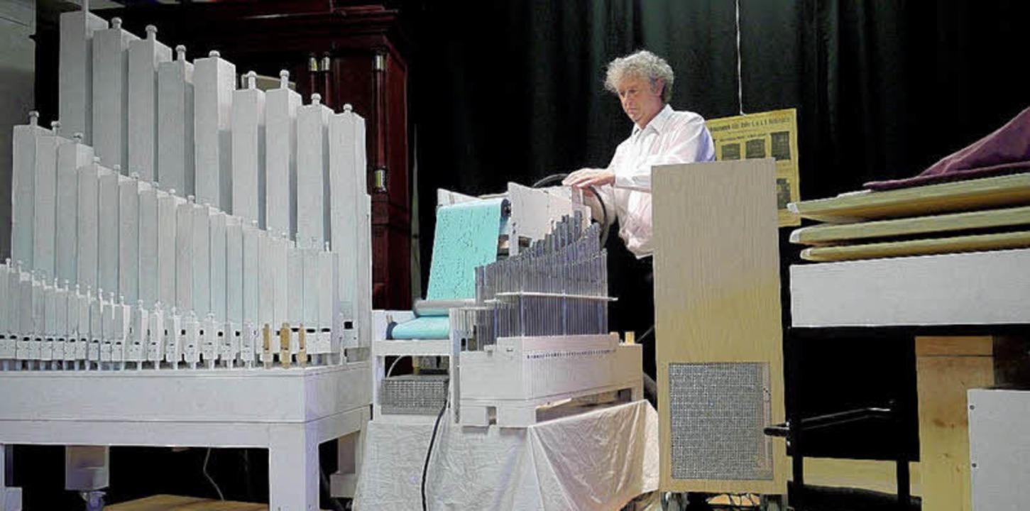 Mehrere Teile, ein Instrument: Adrian Oswalt spielt auf der XXXL-Orgel.   | Foto: Eberhard Weiss