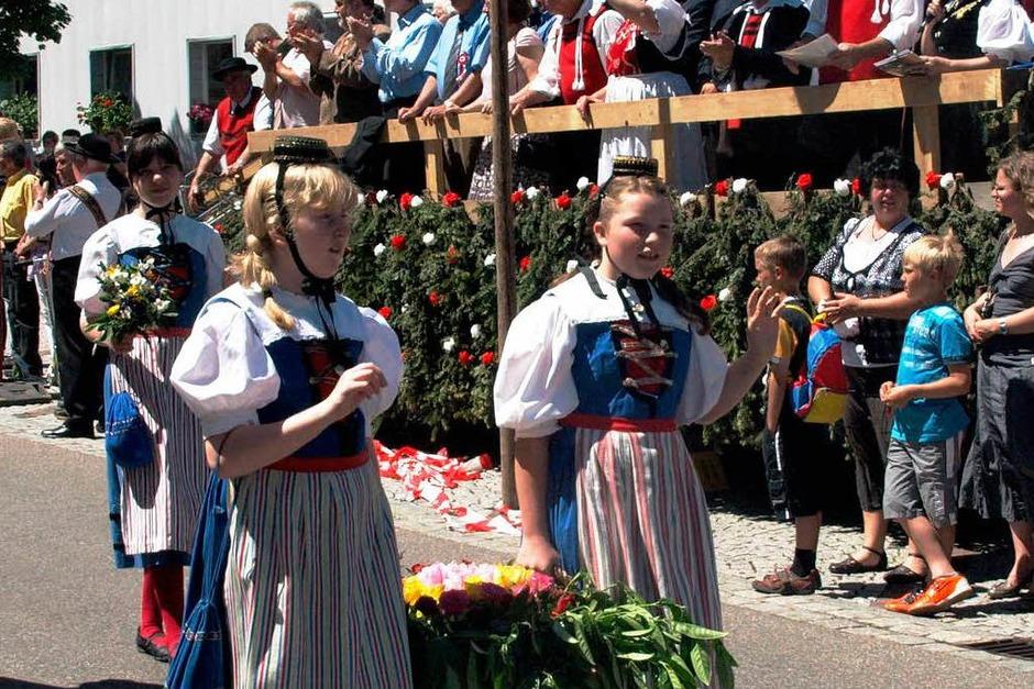 Von der Tribüne aus wurde der Umzug kommentiert (Foto: Karin Stöckl-Steinebrunner)