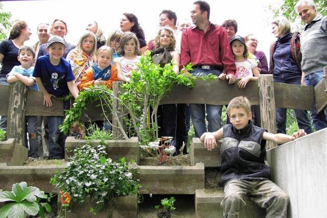 Eltern und Kinder verschönern den Hort