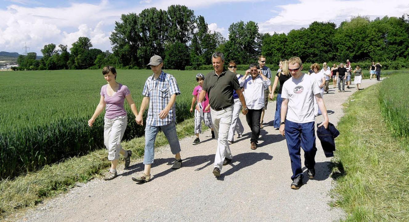 Bürgermeister Volker Kieber (Mitte) ze...rn  auch die Landschaft um Gottenheim.  | Foto: paulina grimm