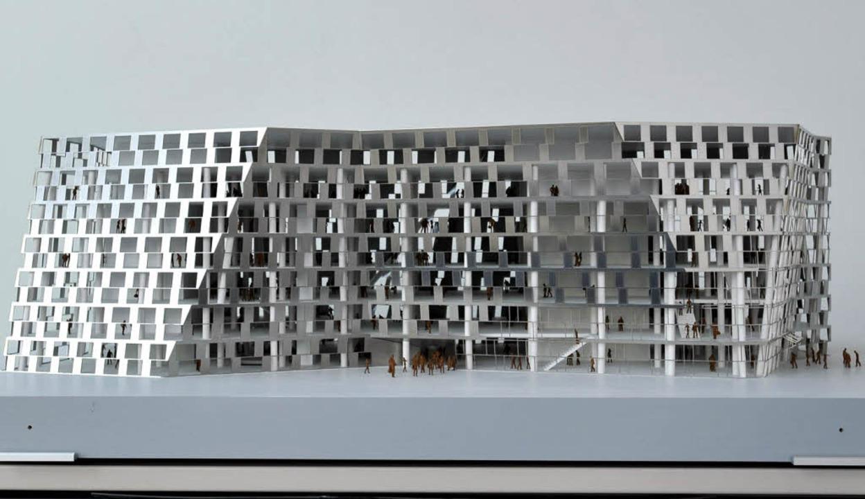 Die neue Unibibliothek als Modell vom ...aden (rechtes Foto) wirkten blendend.   | Foto: Fotos: Schneider/Kunz
