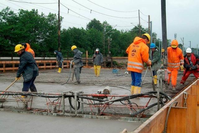 Neue Bahnbrücke gegossen