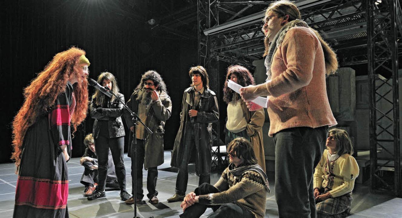 Das Stück des Anstoßes: Probenfoto von...ßen Haus des Freiburger Stadttheaters.  | Foto: Maurice Korbel