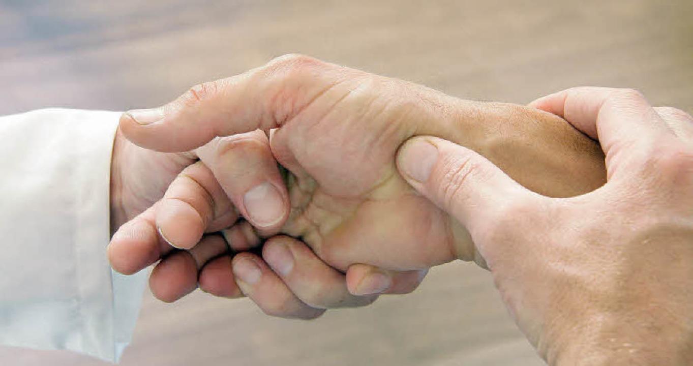 Häufig eines der ersten Symptome bei R... Schmerzen der Finger- und Handgelenke  | Foto: fotolia.com/wildworx