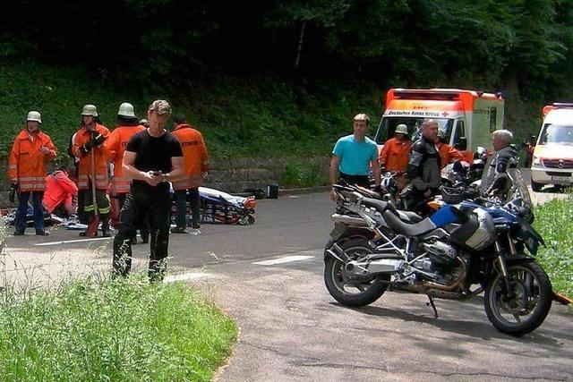 Bikerin baut Auffahrunfall