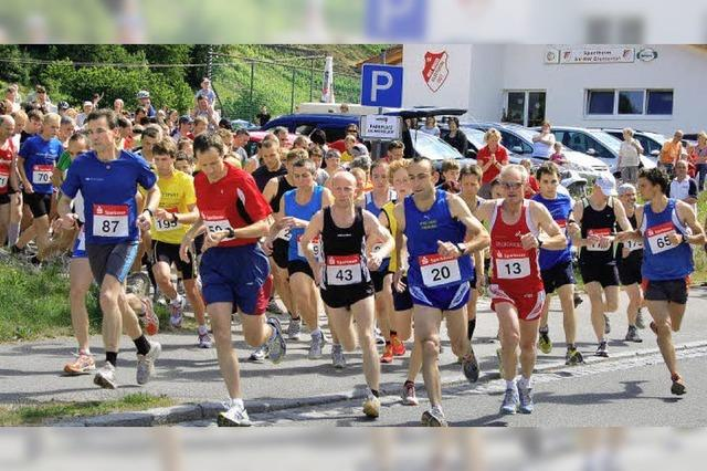 Laufender Bote holt Hilfe und rennt später ins Ziel