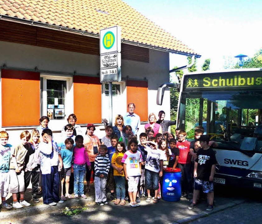 Vertreter der SWEG zeigten den Grundsc...wie während der Fahrt des Schulbusses.    Foto: Manfred Burkert