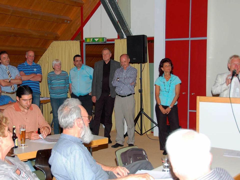 Der Aufsichtsrat besteht aus (stehend ...gger und Bürgermeister Reinhard Feser.  | Foto: Ralf Morys