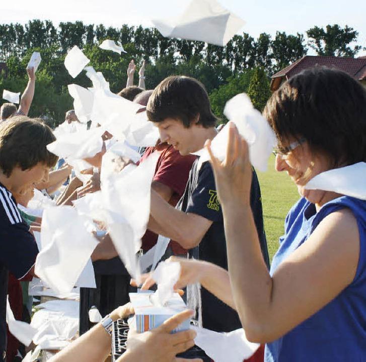 Wer zupft am schnellsten Papiertücher?...lympiade des Sportfests in Hecklingen.  | Foto: Werner Schnabl