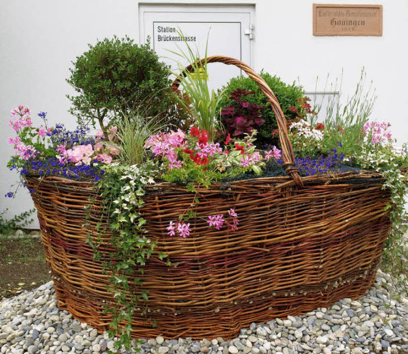 Ein Blumenkorb begrüßt nun die Besucher in Hauingen.   | Foto: schleer