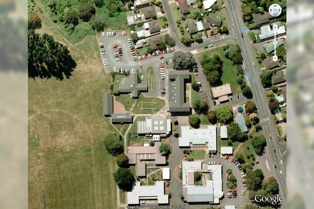 Phallus-Symbole auf dem Schulhofrasen – Fund bei Google Earth
