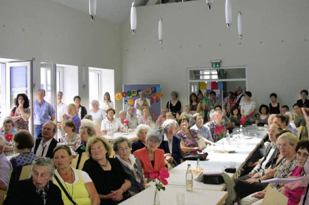 Im hellen Saal wurde die Einweihung des Gemeindehauses gefeiert.   | Foto: mario schöneberg