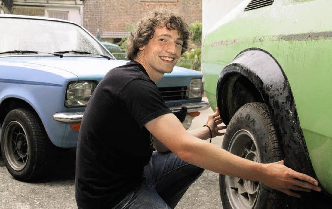 Hobby-Schrauber Sebastian Fakler beim Arbeiten an seinem Wagen  | Foto: Thilo Bergmann