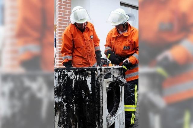 Großeinsatz der Feuerwehr nach Waschmaschinenbrand in Wohnhaus